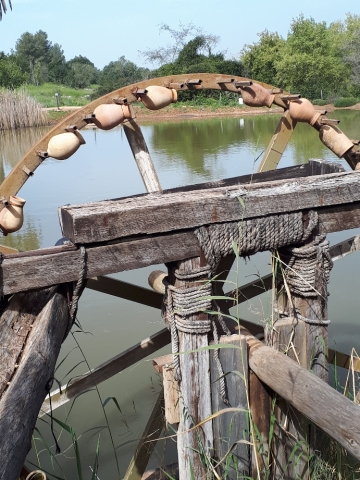 The water wheel with clay jugs