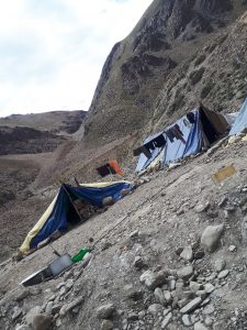 Army tents with laundry on road from Jipa to Leh