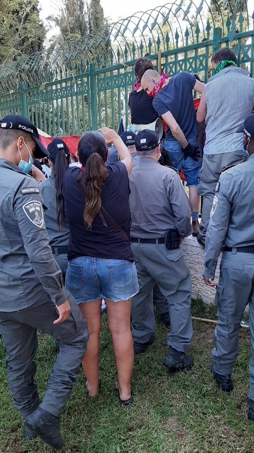 Knesset protest: police en route to attack banner